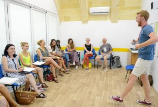 Divertido profesor en clase