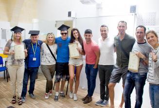 Estudiantes de inglés con sus certificados