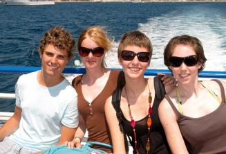Una familia disfrutando del viaje en barco de la escuela de inglés