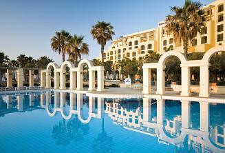 La piscina exterior del Hilton en St Julians, Malta