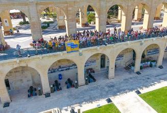 Estudiantes de Maltalingua haciendo la ola desde el Upper Barrakka, Valletta