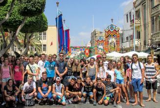 Jóvenes estudiantes de la lescuela en las fiestas de Malta