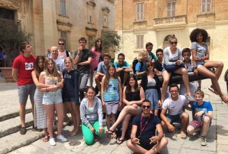 Estudiantes sentados en el cañón de Mdina