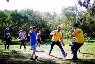 Estudiantes jugando en el parque Kennedy Grove cerca de la residencia de la escuela