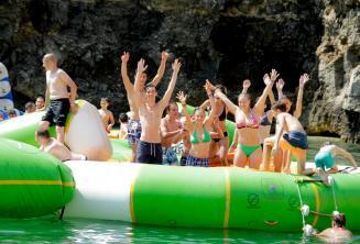 Estudiantes de la escuela en el parque acuático de Malta