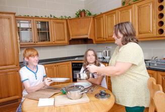 Estudiantes cenando con su familia de acogida de la escuela