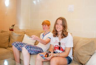 Estudiantes sentados en el sofá de la familia de acogida