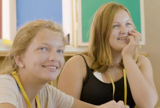 Estudiantes escuchando al profesor