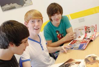 Jóvenes estudiantes de inglés realizando una actividad del curso de inglés