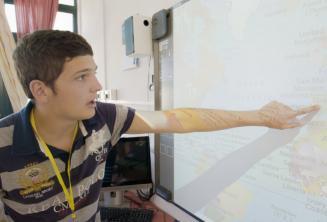 Estudiante señalando en un mapa en clase