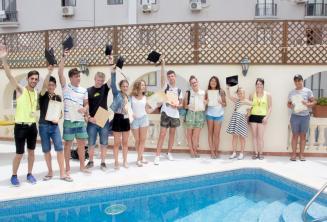 Jóvenes estudiantes de inglés reciben el certificado del curso