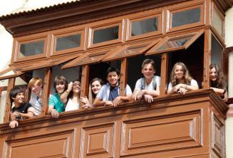 Estudiantes adolescentes en el balcón de la escuela