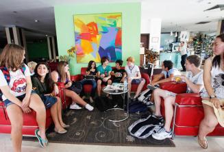 Estudiantes de inglés en el vestíbulo de la escuela
