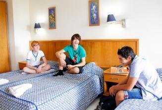 3 estudiantes adolescentes en una habitación de la residencia de la escuela