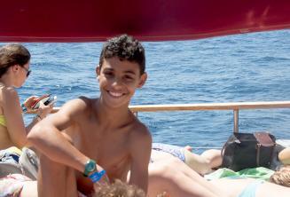 Un estudiante del programa de niños durante una excursión en barco