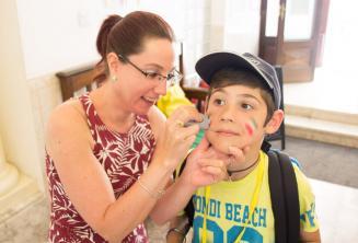 Un miembro del equipo pintando la cara de un niño