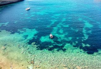 Vistas de la bahía en Malta con el agua turquesa
