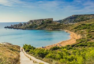Vistas de una playa de arena en Mellieha, Malta