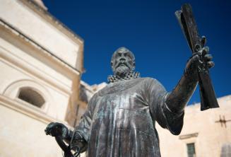 Estatua en Malta de un hombre con un pergamino