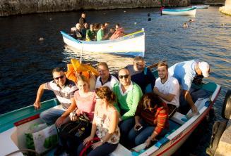 Los estudiantes listos para un viaje en barco a Blue Grotto.
