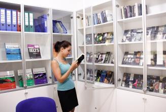 Préstamo gratuito de libros y DVD en la biblioteca