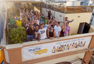 Estudiantes de inglés haciendo la ola en la terraza de la escuela
