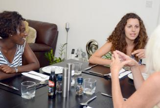 Estudiantes de inglés en la mesa con su familia de acogida en St Julians