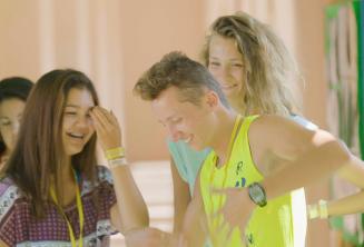 Estudiantes riendo y bailando en tiempo de recreo