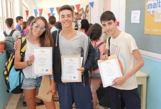 3 estudiantes con sus certificados tras haber completado el curso