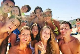 Estudiantes de la escuela de lengua en la playa poniendo caras divertidas
