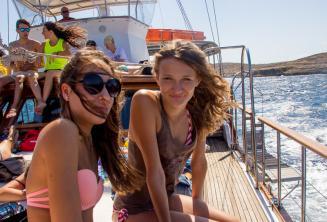 2 chicas adolescentes en un viaje en barco
