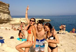 3 estudiantes de lla escuela de lengua en un aexcursión a St Peters Pool, Malta