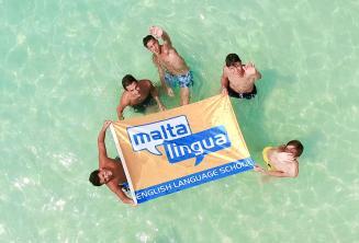 Jóvenes estudiantes en una excursión de la escuela a Blue Lagoon, Malta