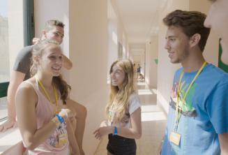 Estudiantes conversando en nuestra escuela para jóvenes