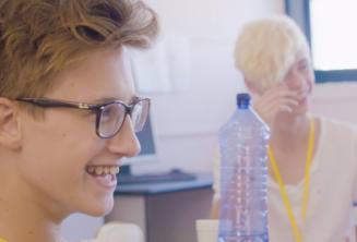 Chicos sonriendo en clase de inglés