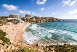 Vistas de la playa de Golden Bay en Malta