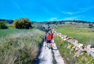 Un grupo de estudiantes caminando por el campo en Malta
