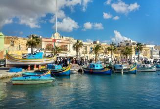 Barcos en un pueblo de pescadores en Malta