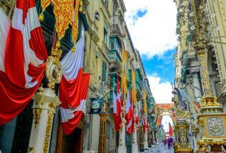 Una calle de Valletta, Malta decorado con banderas