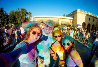 Holi fiesta de color en St Julian's