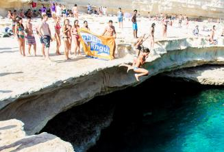 La escuela de inglés Maltalingua saltando en St Peter's Pool